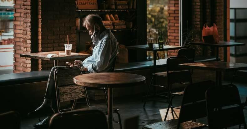 homem-em-café