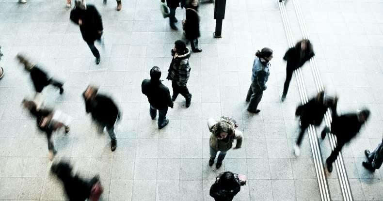 pessoas-andando-apressadas