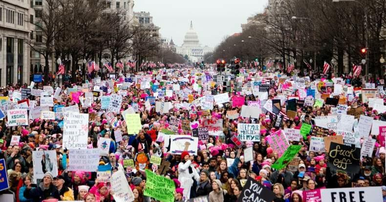 multidão protesta